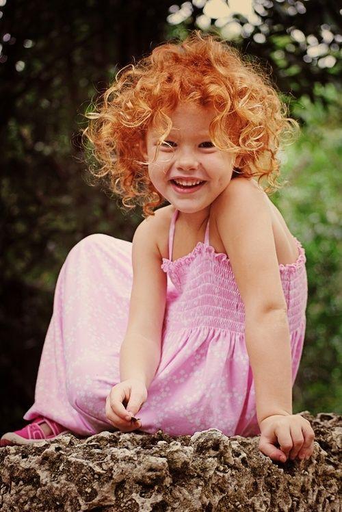 petite fille rousse riant aux éclats