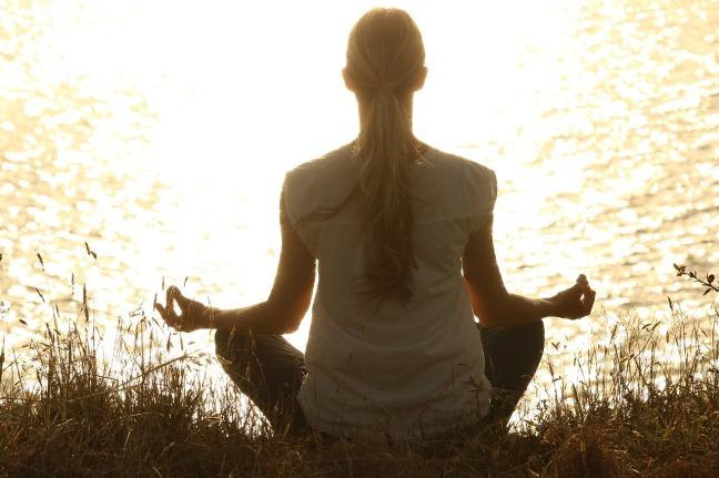 femme pratiquant le yoga et la position du lotus