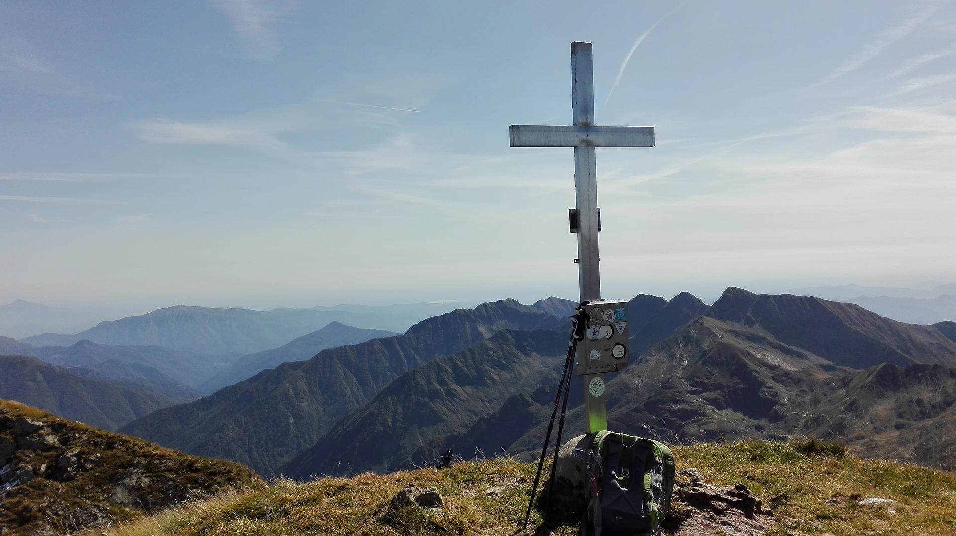 une croix surplombe un paysage majestueux