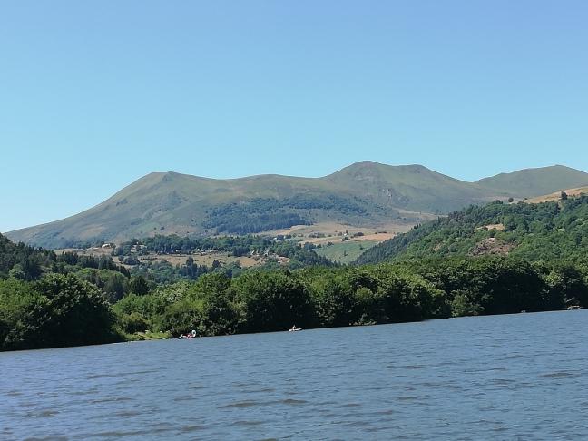 Lac au bas d'un volcan