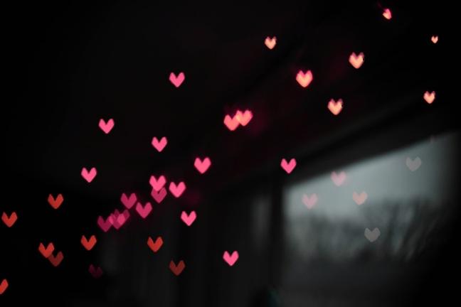 Des coeurs roses qui s'envolent vers le ciel
