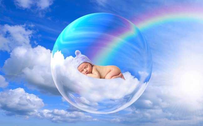 Nouveau-né sur un nuage