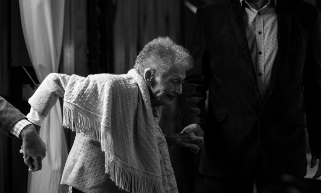 Vieille dame qui a du mal à se lever