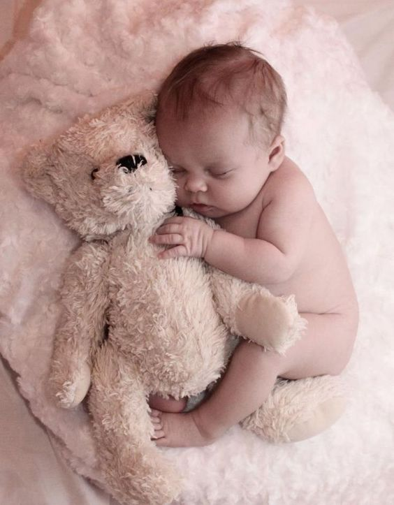 Ours en peluche et nouveau-né
